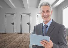 Le affärsmannen som rymmer digitalt minnestavlaanseende på ädelträgolv mot dörrar royaltyfri foto