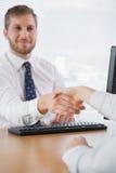 Le affärsmannen som skakar händer med en Co-arbetare Arkivfoto