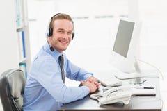 Le affärsmannen som talar med hörlurar med mikrofon Royaltyfria Bilder