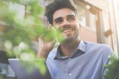 Le affärsmannen som talar på den smarta telefonen och att använda den digitala fliken fotografering för bildbyråer