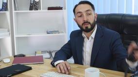 Le affärsmannen som upp väljer telefonen i hans kontor stock video