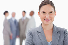 Le affärskvinna med kollegor bak henne Royaltyfri Bild