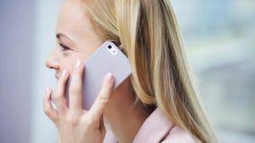 Le affärskvinnan med datoren och smartphonen stock video