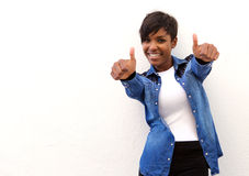 Le afrikansk amerikankvinnan med tummar upp Arkivfoto