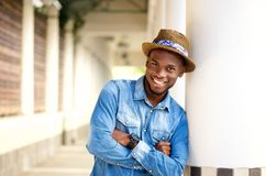 Le afrikansk amerikanmannen som kopplar av med korsade armar fotografering för bildbyråer