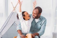 le afrikanska amerikanen avla och dottern som har roligt och att se de royaltyfria bilder