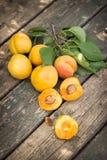 Le albicocche fresche hanno sparso sul vecchio ripiano del tavolo di legno immagine stock libera da diritti