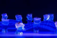 Le ` algue-bleu de balancement s de vague-Huang Mingliang de mer dansent le ` aucun ` d'abri Photo stock
