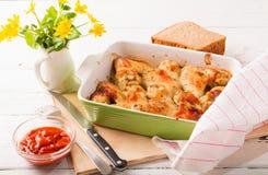 Le ali di pollo al forno con una crosta rubiconda Fotografie Stock Libere da Diritti