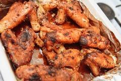 Le ali di pollo al forno in stagnola in miele sauce Immagine Stock Libera da Diritti