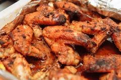Le ali di pollo al forno in stagnola in miele sauce Immagine Stock