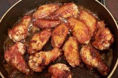 Le ali di pollo hanno fritto in pentola con olio caldo, alimento casalingo fotografie stock libere da diritti