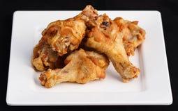 Le ali di pollo stupefacenti del pepe e del sale fritte nel grasso bollente Fotografia Stock Libera da Diritti