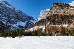 Le alpi abbelliscono con le montagne ricoperte neve verso la fine della stagione di autunno Immagine Stock