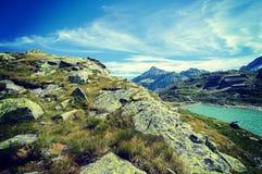 Le alpi abbelliscono - il lago glaciale davanti alle montagne ed al cielo blu Immagine Stock Libera da Diritti