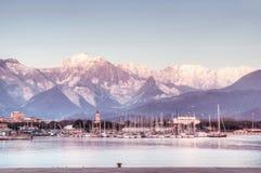 Le alpi apuan dal ` s di Marina di Carrara si mette in bacino Immagini Stock