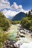 Le alpi di Julian nel fiume di Soca - della Slovenia Fotografia Stock