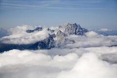 Le alpi di Julian - picchi in nube - osservano dalla sommità Fotografie Stock