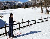 Le alpi italiane abbelliscono con il ragazzo solo con gli sci che attraversano il pæse Fotografia Stock