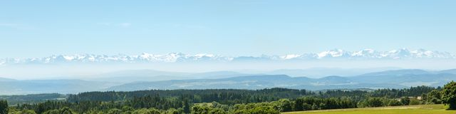 Le alpi lontane, foresta nera tedesca nella parte anteriore, panorama Immagine Stock