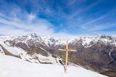Le alpi nell'inverno, vista sbalorditiva della stazione sciistica della neve di giorno soleggiato dalla cima, picchi di alta mont Immagini Stock Libere da Diritti