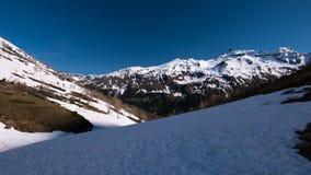 Le alpi nella primavera, stazione sciistica nevosa del paesaggio di giorno soleggiato, picchi di alta montagna nell'arco alpino,  Fotografia Stock Libera da Diritti