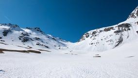 Le alpi nella primavera, stazione sciistica nevosa del paesaggio di giorno soleggiato, picchi di alta montagna nell'arco alpino,  Immagini Stock