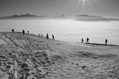 Le alpi sopra alta nebbia L'Austria, Europa Fotografia Stock