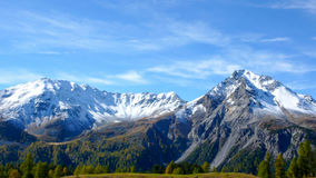 Le alpi svizzere nella caduta con la prima neve Fotografia Stock