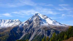 Le alpi svizzere nella caduta con la prima neve Immagini Stock