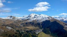 Le alpi svizzere vicino a Scuol nella caduta con la prima neve sui picchi Fotografia Stock Libera da Diritti
