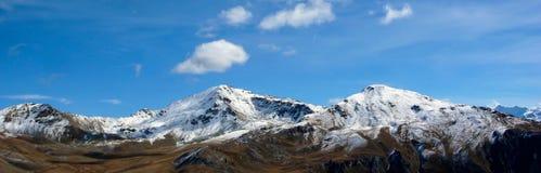 Le alpi svizzere vicino a Scuol nella caduta con la prima neve sui picchi Immagini Stock