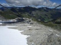 Le alpi - vista da una cabina di funivia alta in montagne austriache Immagine Stock