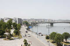Le alte costruzioni lungo il fiume del nord della Banca di Hanjiang (Hubei, Cina) Fotografie Stock