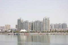 Le alte costruzioni lungo il fiume del nord della Banca di Hanjiang (Hubei, Cina) Immagini Stock