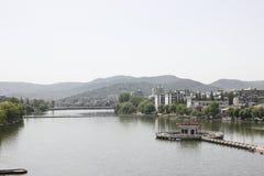 Le alte costruzioni lungo il fiume del nord della Banca di Hanjiang (Hubei, Cina) Fotografie Stock Libere da Diritti