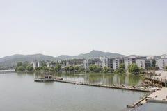 Le alte costruzioni lungo il fiume del nord della Banca di Hanjiang (Hubei, Cina) Immagini Stock Libere da Diritti
