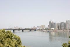 Le alte costruzioni lungo il fiume del nord della Banca di Hanjiang (Hubei, Cina) Fotografia Stock Libera da Diritti