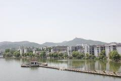Le alte costruzioni lungo il fiume del nord della Banca di Hanjiang (Hubei, Cina) Immagine Stock Libera da Diritti