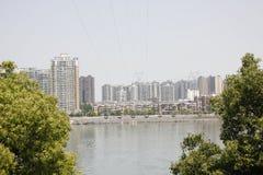 Le alte costruzioni lungo il fiume del nord della Banca di Hanjiang (Hubei, Cina) Fotografia Stock