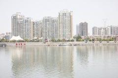 Le alte costruzioni lungo il fiume del nord della Banca di Hanjiang (Hubei, Cina) Immagine Stock