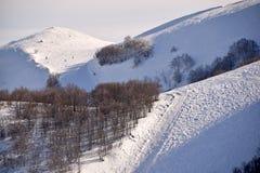 Le alte montagne dell'Abruzzo hanno riempito di neve 004 Fotografie Stock