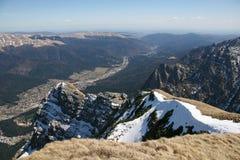 Le alte montagne osservano sopra la città qui sotto Fotografie Stock Libere da Diritti