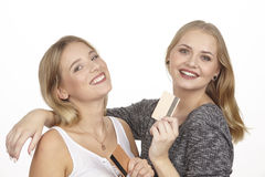 Le amiche parlano del denaro per le piccole spese dalla carta di credito dorata Immagine Stock