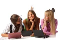 Le amiche pongono con i computer portatili Fotografie Stock Libere da Diritti