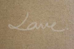 Le `` AMOUR `` manuscrit sur le papier brun, dénomment admirablement simple Photos libres de droits