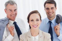 Le anställd som poserar med hennes arbetslag royaltyfri bild