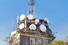 Le antenne sulla rete mobile si elevano su un cielo blu Sistema globale per le comunicazioni via radio Fotografia Stock