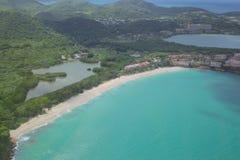 Le Antille, i Caraibi, Antigua, vista oltre un villaggio di cinque isole Immagine Stock