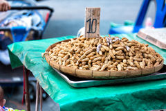 Le arachidi bollite il fondo, genere di dolciumi tailandesi, è una f popolare fotografie stock libere da diritti